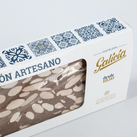 Detalle del turrón artesano de chocolate con almendras para comprar online