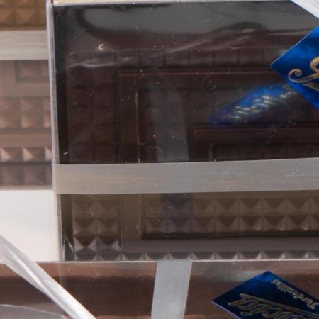 Detalle de turrón praliné de chocolate negro artesanal para comprar online