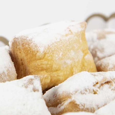 Detalle de los bollos de hojaldre delicados, ligeros y artesanales de Pastelería Galicia
