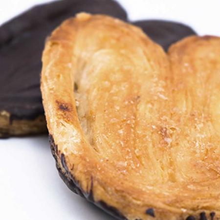 Detalle de las palmeras de chocolate hechas con el tierno hojaldre de Dulces El Toro