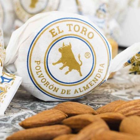 Detalle del polvorón de almendra marcona El Toro para comprar online